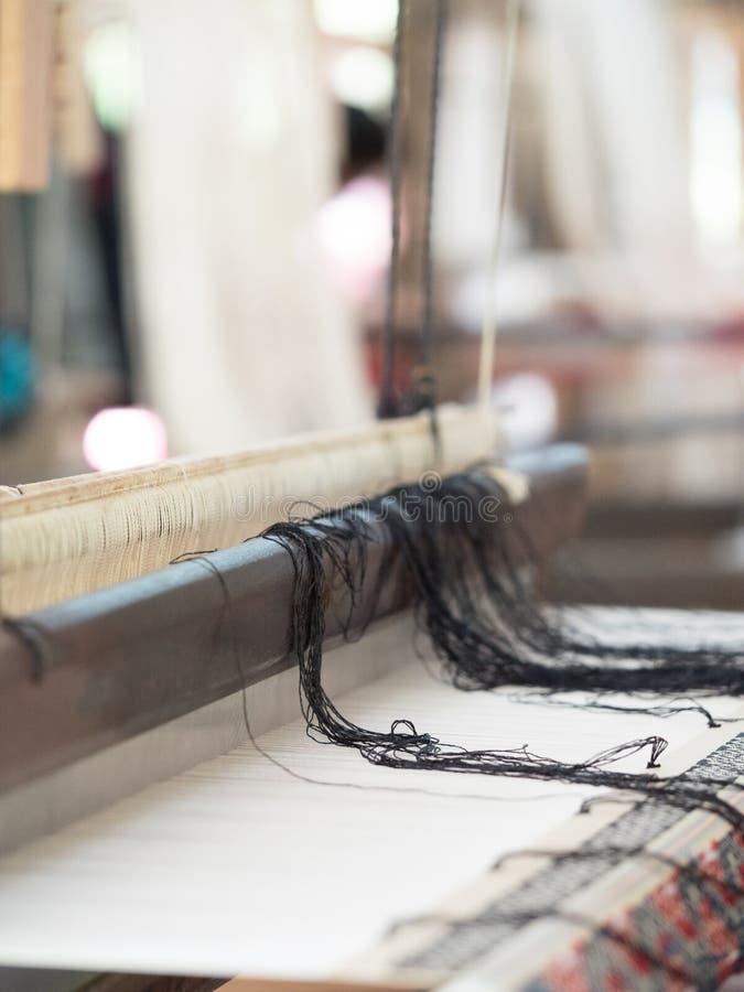 Natuurlijke zijde op traditioneel lao wevend weefgetouw, Luang Phabang royalty-vrije stock afbeelding