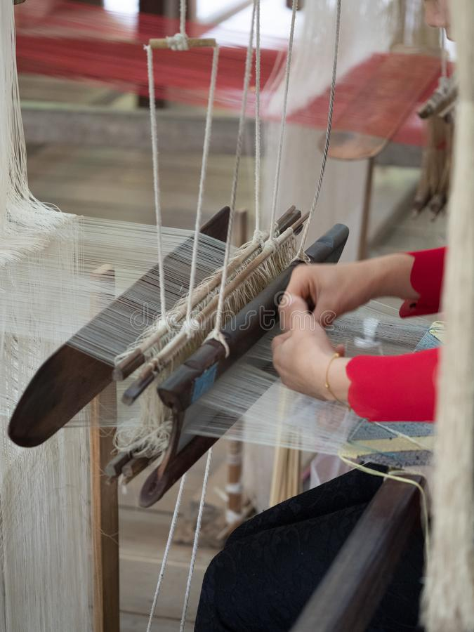 Natuurlijke zijde op traditioneel lao wevend weefgetouw, Luang Phabang royalty-vrije stock fotografie