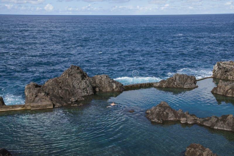 Natuurlijke Zwembaden en de Atlantische Oceaan in Porto Moniz, Madera, Portugal stock fotografie