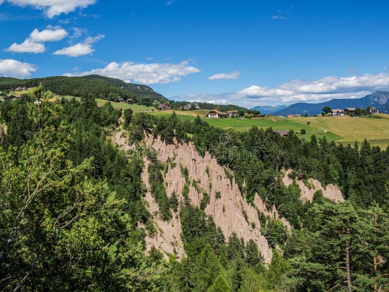 Natuurverschijnsel - de aardepiramides van Ritten, Renon-Zuid-Tirol, Italië Mening naar Mittelberg stock fotografie