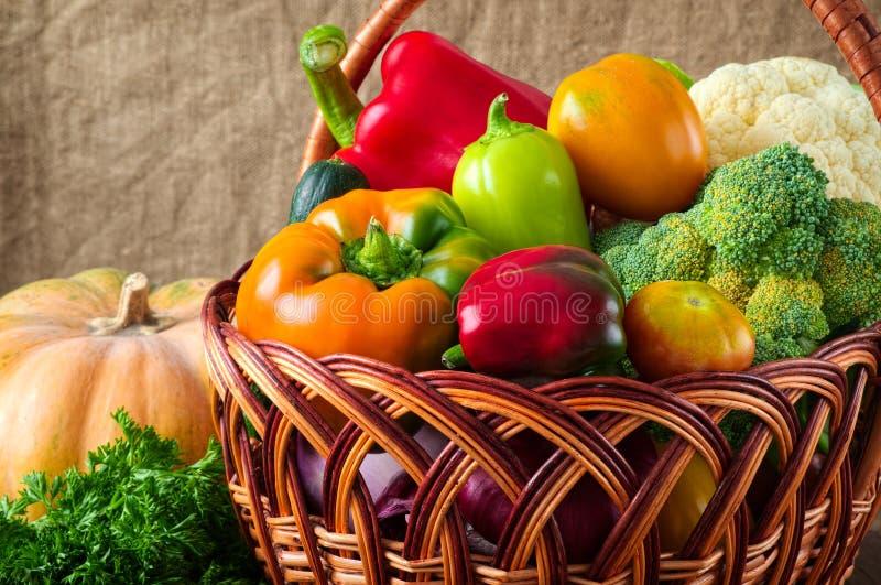 Natuurvoedingachtergrond Groenten in de mand stock foto's