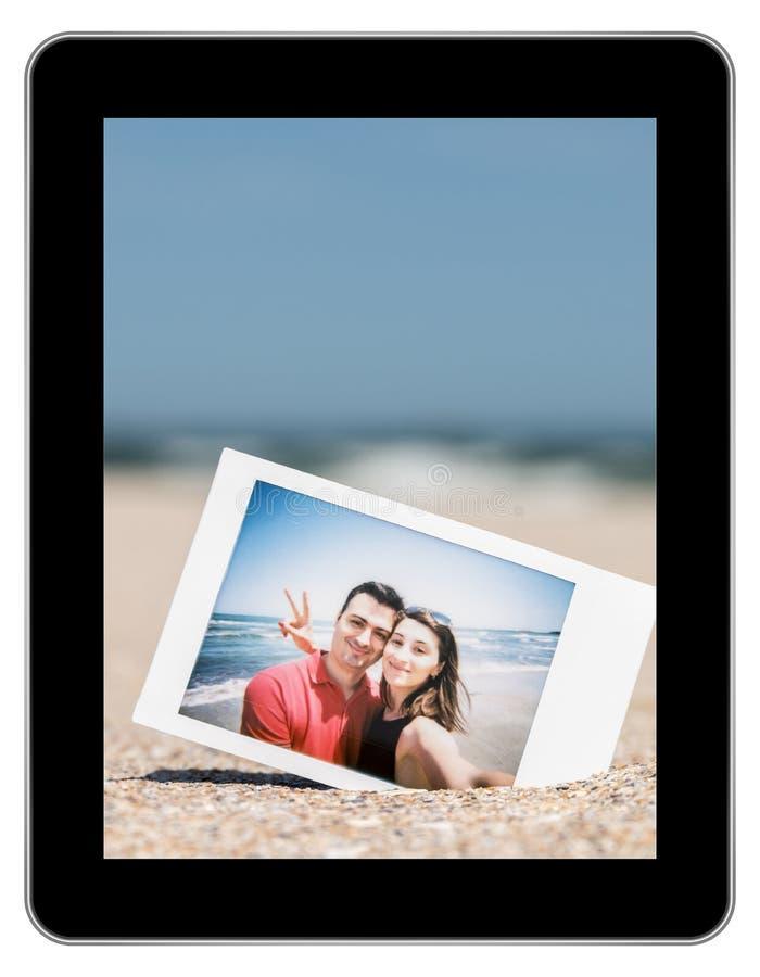 Natychmiastowa fotografia potomstwo para Na plaży zdjęcia royalty free