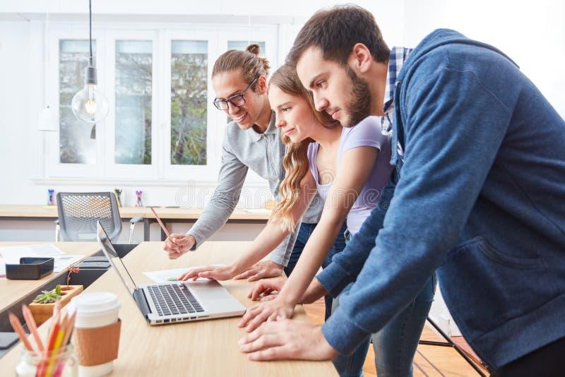 Nauczania online konwersatorium na laptopie obrazy stock