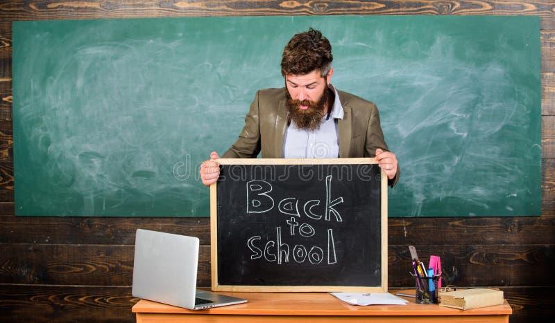 Nauczanie ucznie jego fachowy zajęcie Nauczyciel lub dyrektor szkoły witamy inskrypcję z powrotem szkoła nauczyciel zdjęcia stock