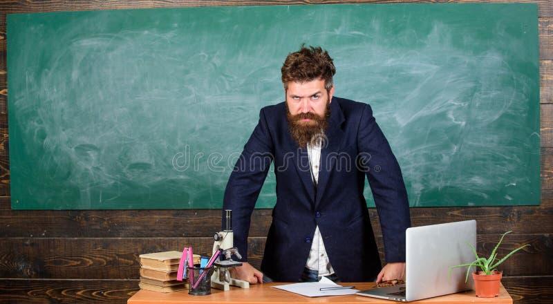 Nauczyciel ciekawa rozmówca jako władza Nauczyciela brodaty mężczyzna mówi straszną opowieść Nauczyciela modnisia charyzmatyczny  zdjęcie stock