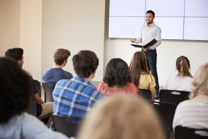 Nauczyciel Daje prezentaci szkoły średniej klasa Przed ekranem obraz royalty free