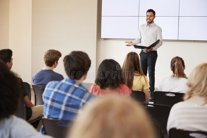 Nauczyciel Daje prezentaci szkoły średniej klasa Przed ekranem fotografia royalty free
