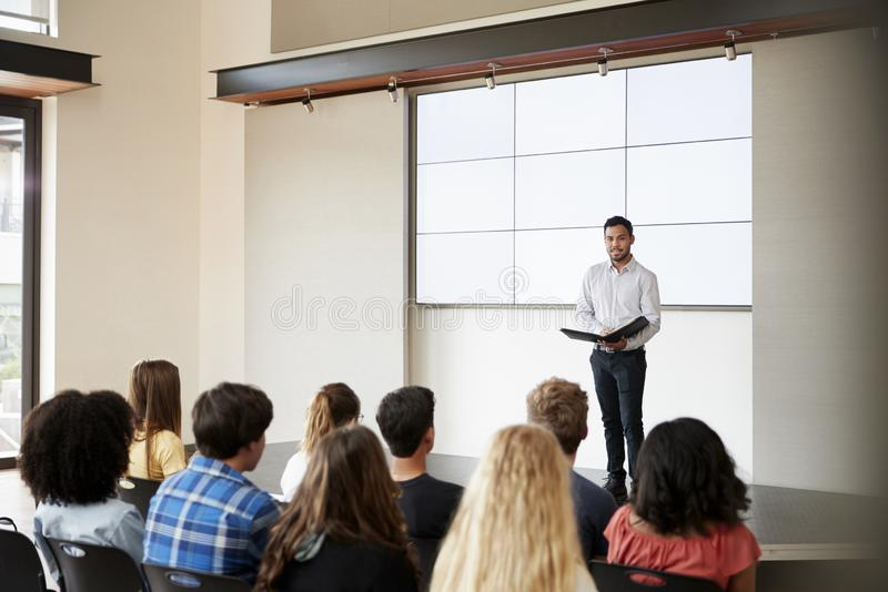 Nauczyciel Daje prezentaci szkoły średniej klasa Przed ekranem zdjęcie royalty free