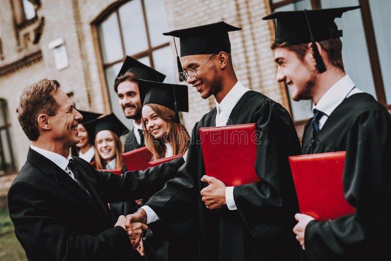 nauczyciel handshake Uczni dyplomy uniwersytet zdjęcie royalty free