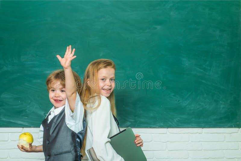 Nauczyciel i dziecko tylna szko?y ?liczna ma?a preschool dzieciak ch?opiec z ma?e dziecko dziewczyn? w sali lekcyjnej gotowa do s zdjęcia royalty free