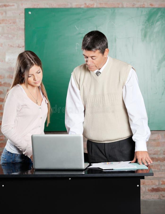 Nauczyciel I Studencki Używa laptop Przy biurkiem Wewnątrz obraz royalty free