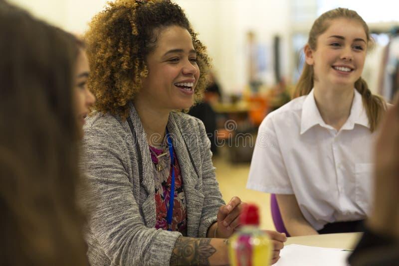 Nauczyciel i ucznie w sala lekcyjnej zdjęcia royalty free