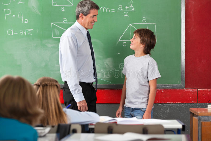 Nauczyciel I Uczniowski Patrzejący Each Inny Wewnątrz zdjęcia stock