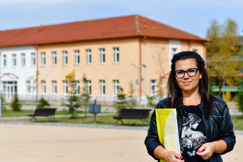 Nauczyciel kobieta plenerowa w słonecznym dniu obraz royalty free