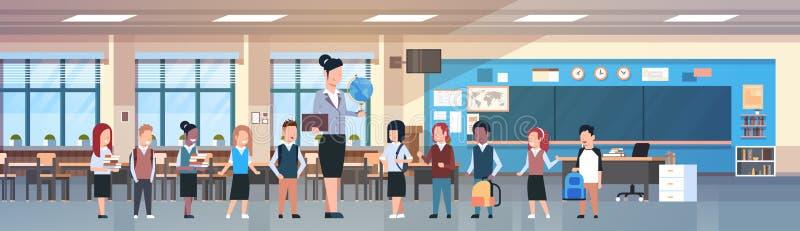 Nauczyciel kobieta Z grupą mieszanki rasy ucznie W sala lekcyjnej, Różnorodni ucznie W Nowożytnym Klasowym pokoju W szkole royalty ilustracja
