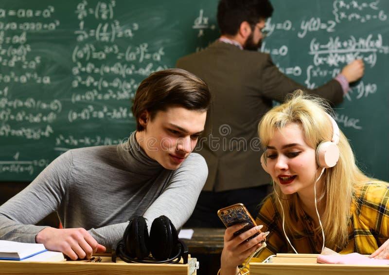 Nauczyciel mówi że jeden znacząco ilości jest cierpliwością Studencki omijanie egzamin euforyczna dziewczyna ogląda a zdjęcie stock