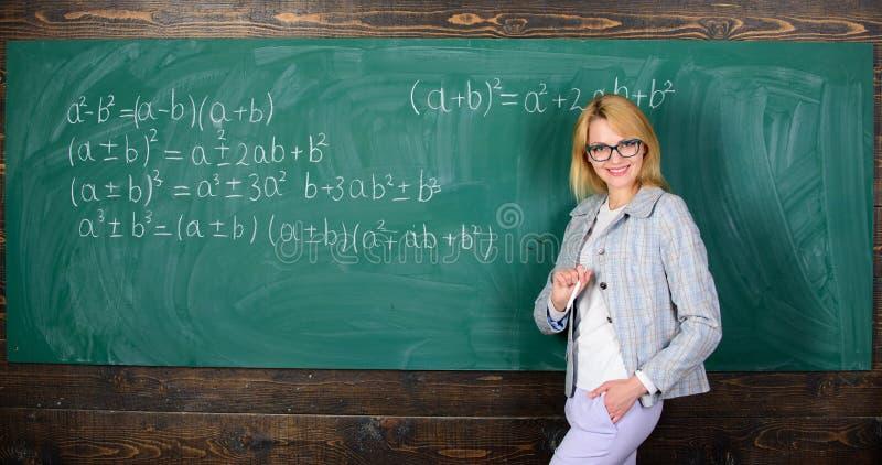 nauczyciel na szkolnej lekcji przy blackboard Kobieta w sali lekcyjnej Domowy uczyć kogoś szczęśliwa kobieta tylna szkoły Nauczyc obraz royalty free