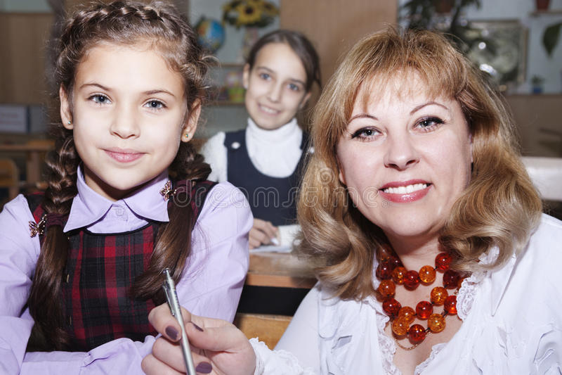 Nauczyciel pomaga uczni obraz royalty free