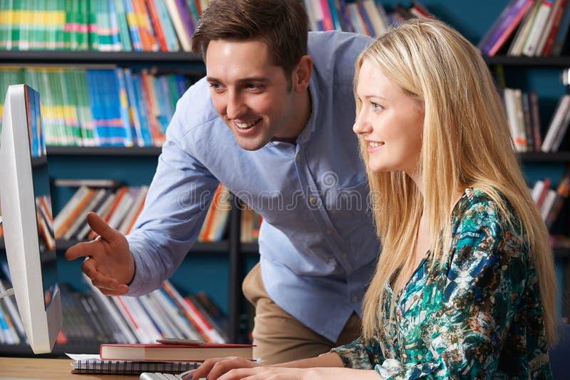 Nauczyciel Pracuje Z Nastoletnim uczniem Przy komputerem zdjęcie stock