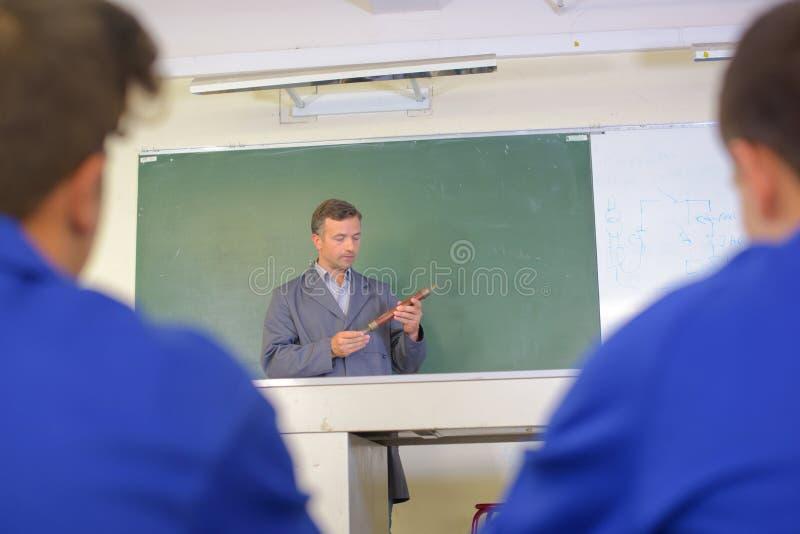 Nauczyciel w frontowym blackboard fotografia stock
