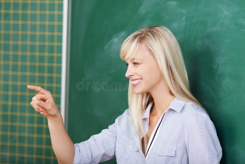 Nauczyciel wskazuje na someone w sala lekcyjnej fotografia stock