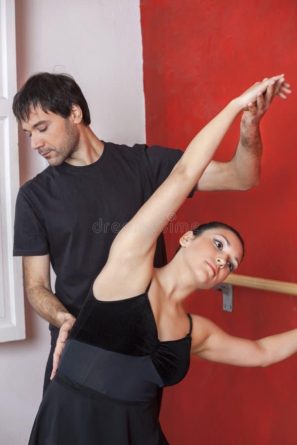 Nauczyciel Wytyczna balerina Ćwiczy Przy barem zdjęcia stock