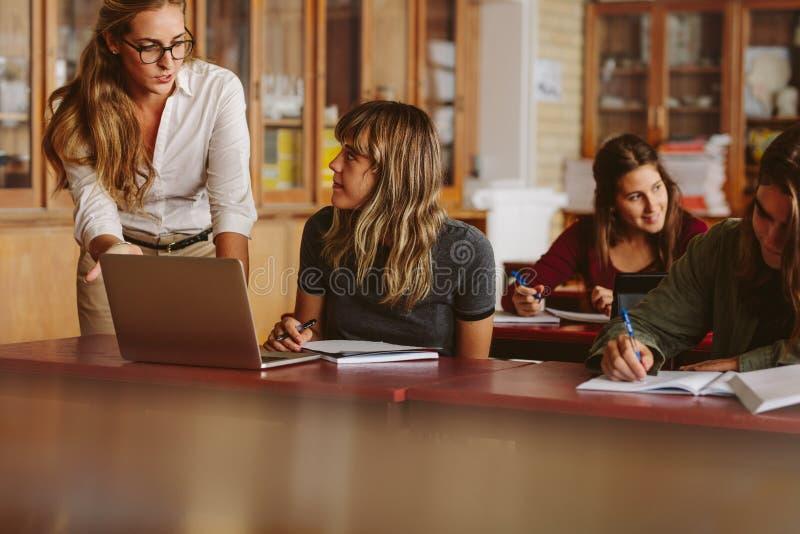 Nauczyciel z uczniami podczas ona klasowa zdjęcia stock