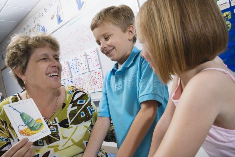 Nauczyciel Z uczniami W sala lekcyjnej obraz stock