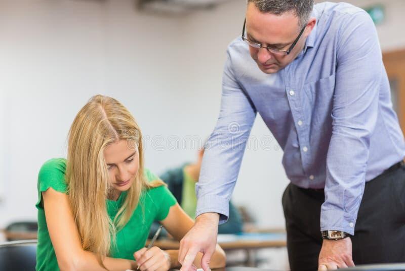 Nauczyciel z uczniem w sala lekcyjnej obrazy royalty free