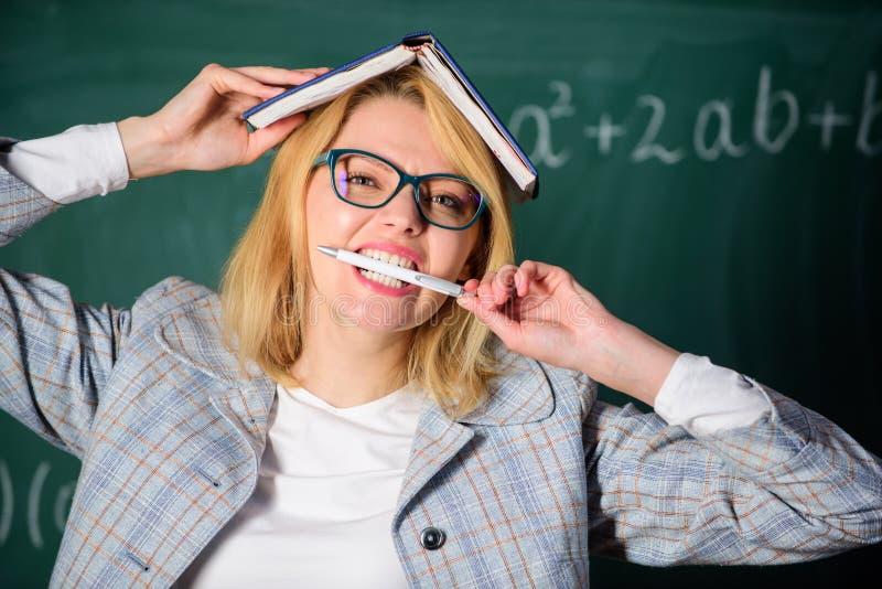 Nauczyciela burnout i stres Przepracowywa się z zawodu i brak poparcie napędowy nauczyciel Nauczyciel kobieta z książką obraz stock