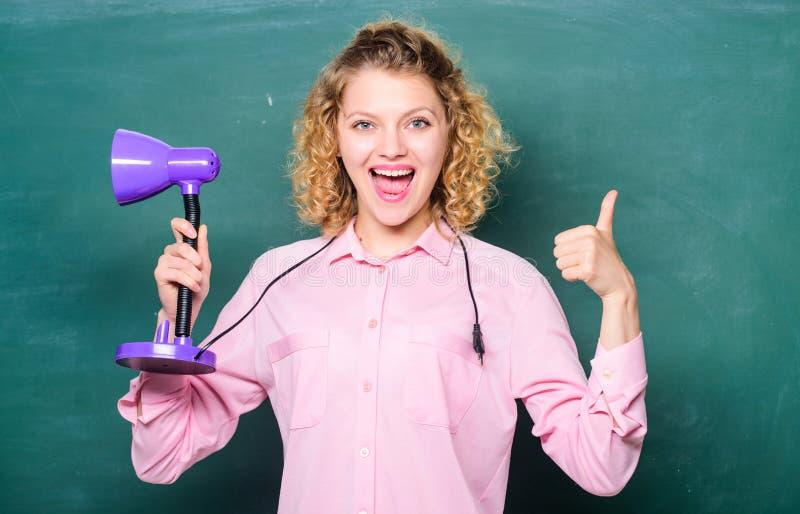 Nauczyciela chwyta stołowej lampy chalkboard tło Jaskrawy błyszczący pomysł Edukacyjny pomysł Wiedza Dzie? O?wieceniowy poj?cie fotografia stock
