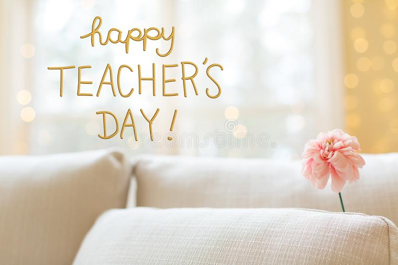 Nauczyciela dnia wiadomość z kwiatem w wewnętrznej izbowej kanapie fotografia stock
