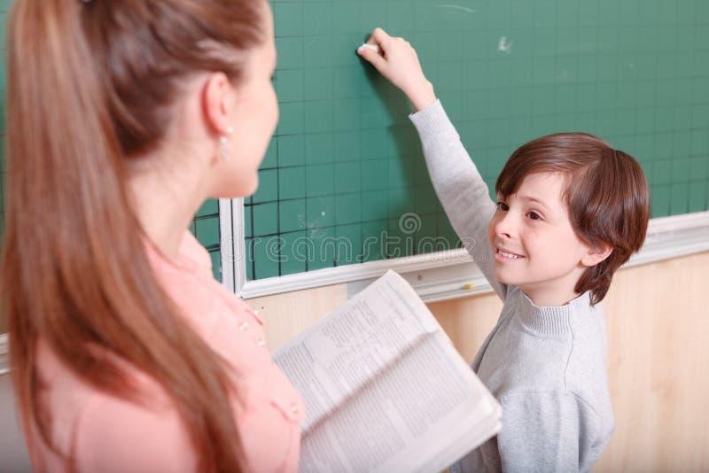 Nauczyciela i ucznia pozycja przy blackboard obrazy royalty free