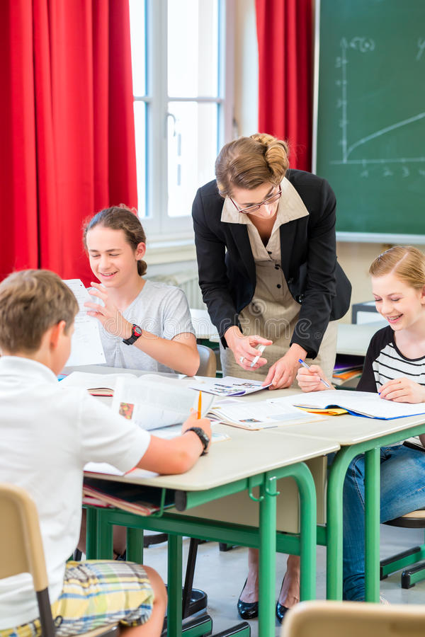 Nauczyciela nauczania uczni geografii lekcje w szkole zdjęcie royalty free