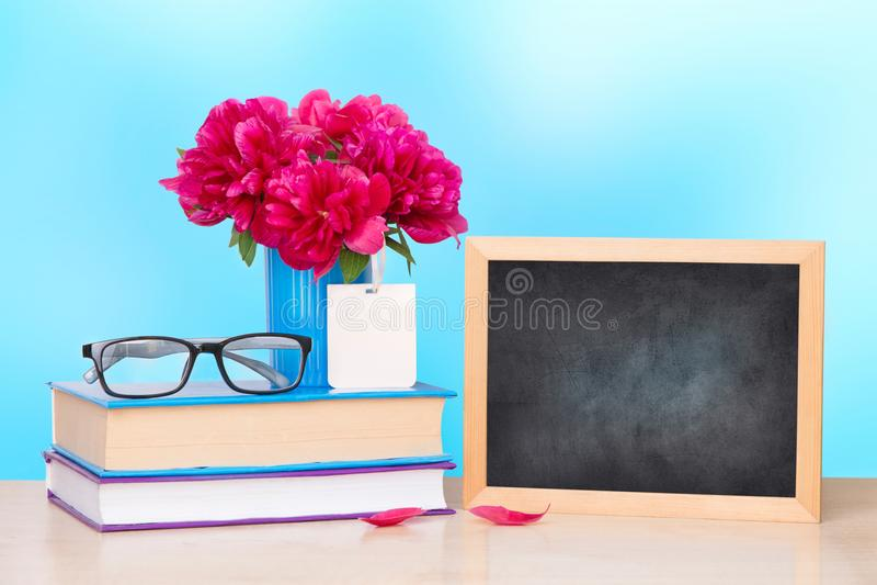 Nauczyciela ` s dnia powitania wakacyjna ikona Edukaci wiedzy dnia pojęcie Drewnianej kredowej deski ramowy i wazowy bukiet na st zdjęcia stock