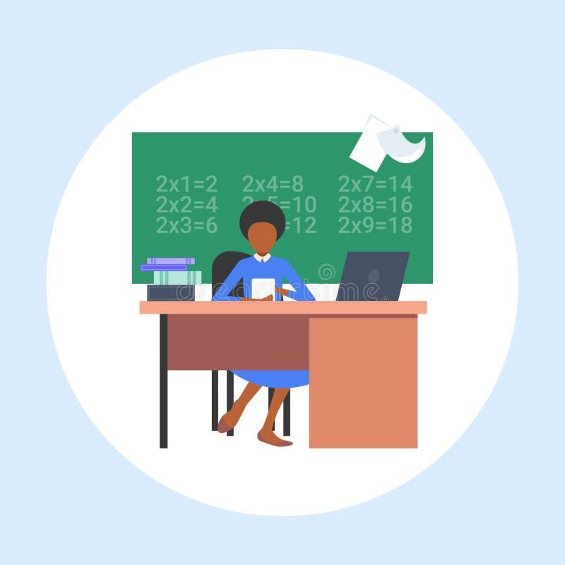 Nauczycielka siedząca przy biurku przy stołówce przed afrykańską Amerykanką, wykorzystująca koncepcję nauczania matematyki laptop ilustracja wektor