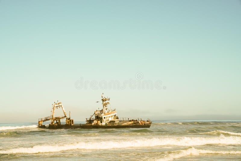 Naufrágio abandonado na costa de esqueleto, Namíbia imagem de stock royalty free