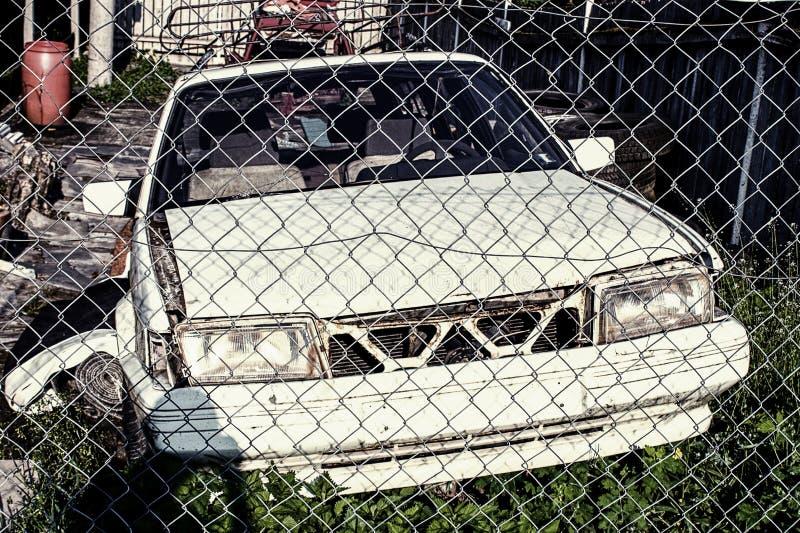 Naufrágio de carro branco, enferrujado e raspado imagens de stock royalty free