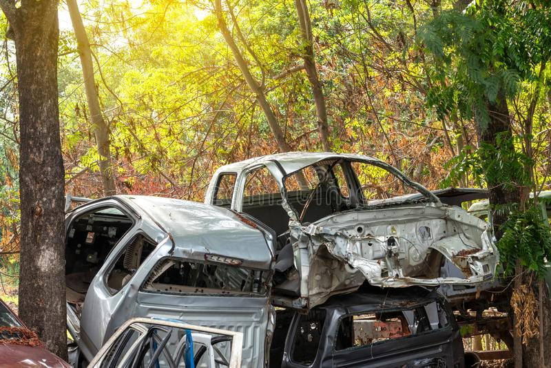Naufrágio do carro com árvores imagem de stock royalty free