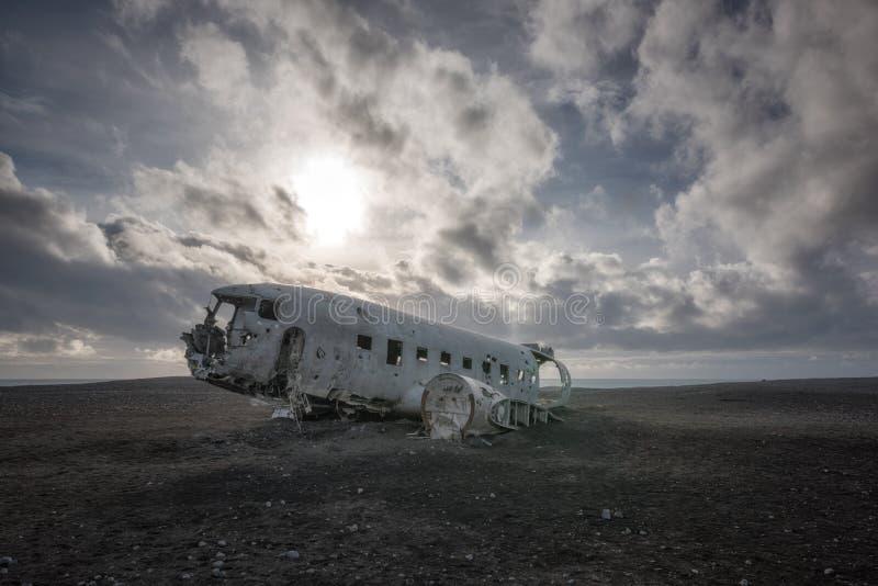 Naufrágio do plano DC-3 em uma praia preta da areia em Islândia imagens de stock