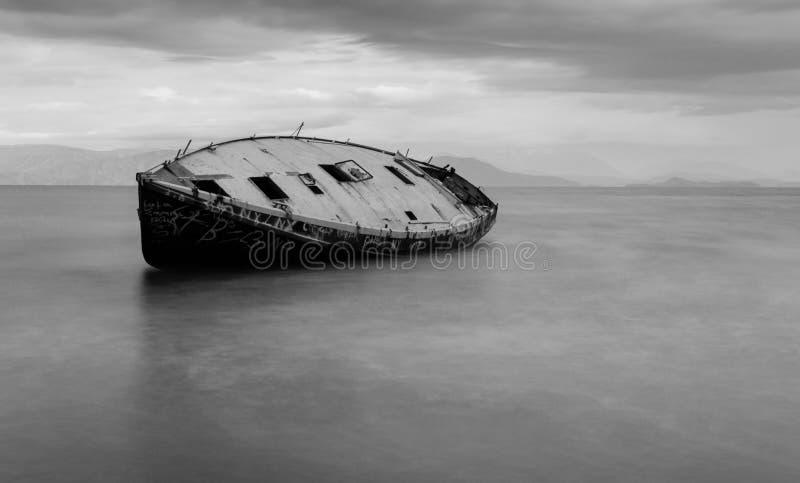 Naufrágio na praia sul de Corfu na exposição longa preto e branco imagem de stock royalty free