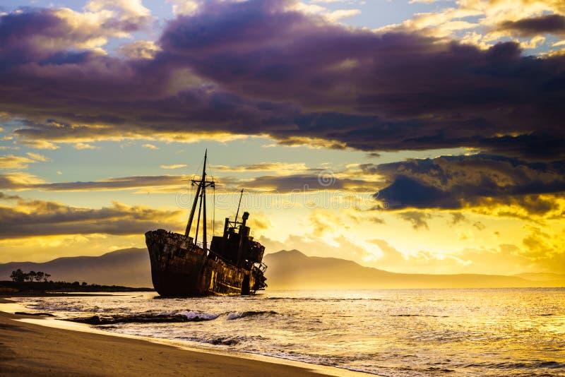 Naufrágio quebrado oxidado na costa de mar imagem de stock royalty free