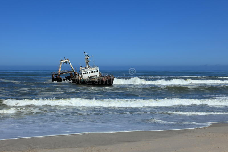 Naufrágio soçobrado na costa de esqueleto em Namíbia fotografia de stock royalty free