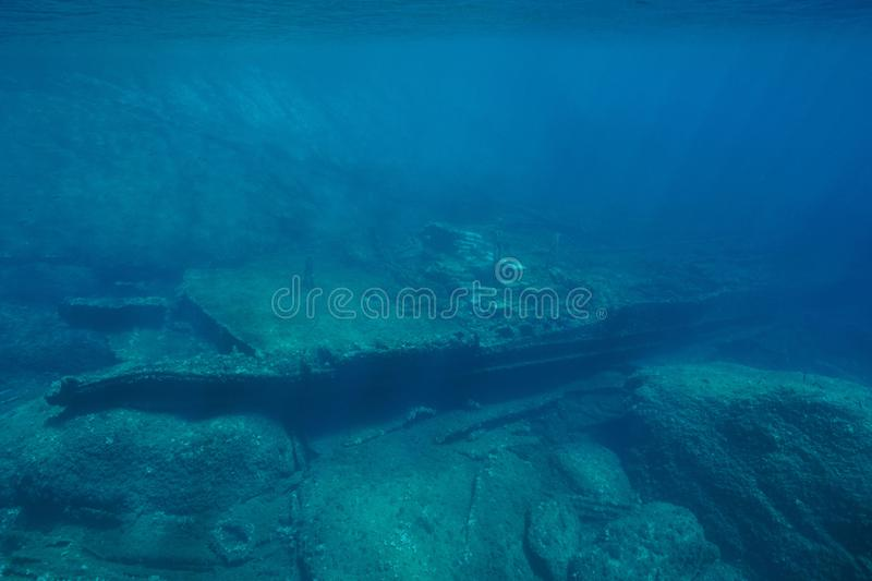Naufrágio subaquático na parte inferior de mar mediterrânea imagens de stock royalty free