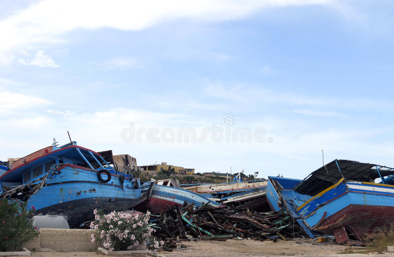 naufrágios antigos quebrados após o desembarque foto de stock royalty free