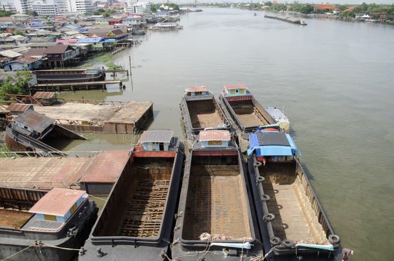 Naufrage de cargo de péniche ou de remorqueur à l'arrêt de dock pour la réparation image libre de droits