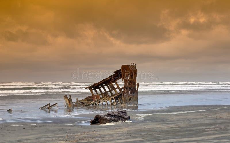 Naufrage de Peter Iredale avec une mer orageuse Orégon images libres de droits