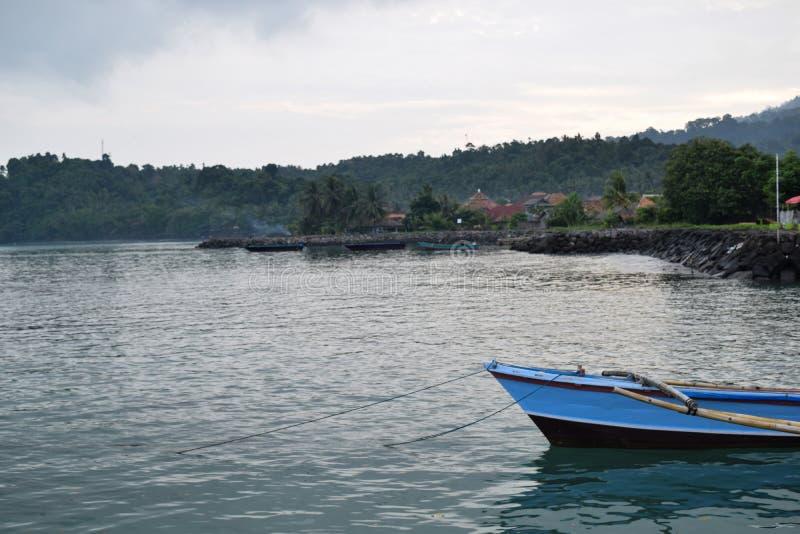 Naufrage en mer outre d'une île photographie stock