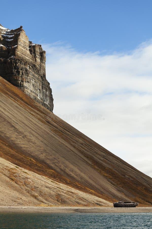 Naufrage et falaises, Skansbukta, Svalbard, Norvège photo libre de droits