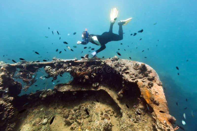 Naufrage et plongeur images stock